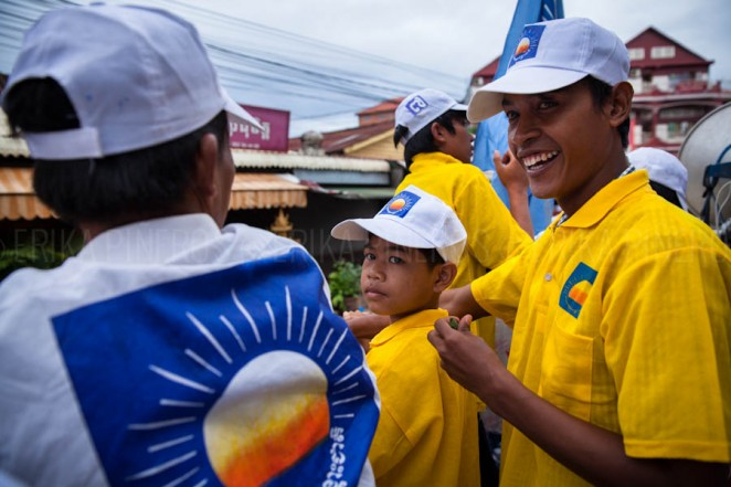 Opposition party CNRP's supporters prepare to join the campaign rally in Siem Reap. Jul. 24, 2013 ©Erika Pineros
