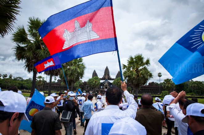 Opposition leader Sam Rainsy walks with supporters to Cambodia's Angkor Wat in Siem Reap. Jul. 24, 2013 ©Erika Pineros