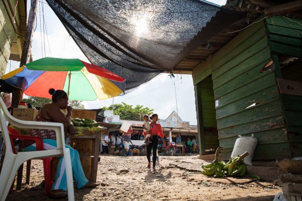 A woman and her baby walk to the port of Frasquillo in Tierralta, Córdoba, a region of Colombia where coca plantations increased by 146% in 2016. Tierralta, Colombia. Oct. 14, 2016. © Erika Piñeros